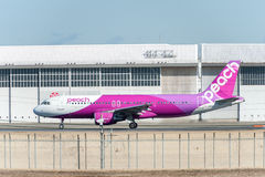 NARITA - JAPAN, JANUARI 25, 2017: Flyg för persika för JA811P-flygbuss som A320 är klart att ta av i den internationella Narita f Arkivbild