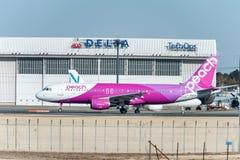 NARITA - JAPAN, JANUARI 25, 2017: Flyg för persika för JA807P-flygbuss som A320 är klart att ta av i den internationella Narita f Royaltyfri Foto