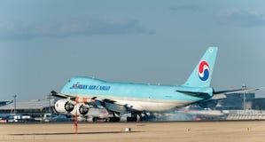 NARITA - JAPAN, 25 JANUARI, 2017: HL7610 Boeing 747 Korean Air-Lading die in Internationale Narita Luchthaven, Japan landen Royalty-vrije Stock Afbeeldingen