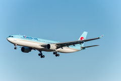NARITA - JAPAN, 25 JANUARI, 2017: HL7709 luchtbus A330 Korean Air die in Internationale Narita Luchthaven, Japan landen Stock Foto's