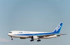 NARITA - JAPAN, JANUARI 25, 2017: JA615A Boeing 767 alla Nipon flygbolag som landar i den internationella Narita flygplatsen, Jap Royaltyfri Foto