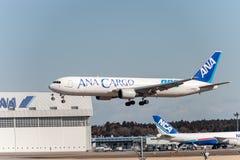 NARITA - JAPAN, JANUARI 25, 2017: JA8664 Boeing 767 ANA Cargo All Nippon Airways som landar den internationella Narita flygplatse Royaltyfria Bilder