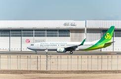 NARITA - JAPAN, JANUARI 25, 2017: JA01GR Boeing 737 Spring Airlines Japan som är klar att ta av i den internationella Narita flyg Royaltyfria Foton