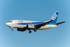 NARITA - JAPAN, JANUARI 25, 2017: JA304K Boeing 737 ANA Wings Landing i den internationella Narita flygplatsen, Japan Arkivfoton