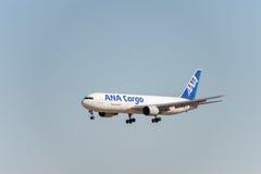 NARITA - JAPAN, JANUARI 25, 2017: Landning för JA8286 Boeing 767 ANA Cargo All Nippon Airways i den internationella Narita flygpl Royaltyfria Foton