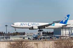 NARITA - JAPAN, JANUARI 25, 2017: Landning för JA8664 Boeing 767 ANA Cargo All Nippon Airways i den internationella Narita flygpl Arkivbild