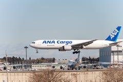 NARITA - JAPAN, JANUARI 25, 2017: Landning för JA8286 Boeing 767 ANA Cargo All Nippon Airways i den internationella Narita flygpl Royaltyfria Bilder