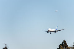 NARITA - JAPAN, JANUARI 25, 2017: Landning för JA8664 Boeing 767 ANA Cargo All Nippon Airways i den internationella Narita flygpl Royaltyfria Foton