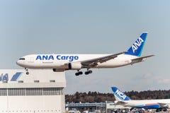 NARITA - JAPAN, JANUARI 25, 2017: Landning för JA8286 Boeing 767 ANA Cargo All Nippon Airways i den internationella Narita flygpl Arkivbild