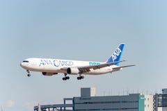 NARITA - JAPAN, JANUARI 25, 2017: Landning för JA8664 Boeing 767 ANA Cargo All Nippon Airways i den internationella Narita flygpl Arkivfoto