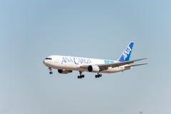 NARITA - JAPAN, JANUARI 25, 2017: Landning för JA8664 Boeing 767 ANA Cargo All Nippon Airways i den internationella Narita flygpl Fotografering för Bildbyråer