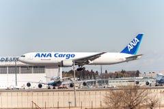 NARITA - JAPAN, JANUARI 25, 2017: Landning för JA8286 Boeing 767 ANA Cargo All Nippon Airways i den internationella Narita flygpl Royaltyfri Fotografi