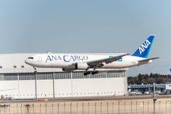 NARITA - JAPAN, JANUARI 25, 2017: Landning för JA602F Boeing 767 ANA Cargo All Nippon Airways i den internationella Narita flygpl Arkivbild