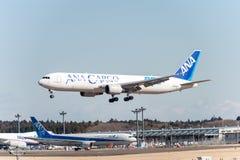 NARITA - JAPAN, JANUARI 25, 2017: Landning för JA602F Boeing 767 ANA Cargo All Nippon Airways i den internationella Narita flygpl Arkivfoto