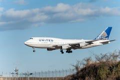 NARITA - JAPAN, JANUARI 25, 2017: Landning för N118UA Boeing 747 United Airlines i den internationella Narita flygplatsen, Japan Arkivbild