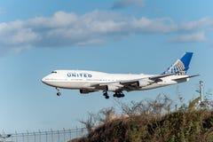 NARITA - JAPAN, JANUARI 25, 2017: Landning för N118UA Boeing 747 United Airlines i den internationella Narita flygplatsen, Japan Fotografering för Bildbyråer
