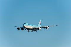 NARITA - JAPAN, JANUARI 25, 2017: Lastlandning för HL7610 Boeing 747 Korean Air i den internationella Narita flygplatsen, Japan Royaltyfri Bild