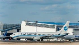 NARITA - JAPAN, JANUARI 25, 2017: Luft för B-5563 Boeing 737 Xiamen i den internationella Narita flygplatsen, Japan Arkivfoto