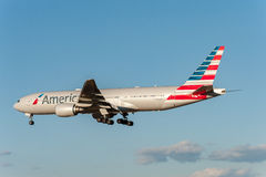NARITA - JAPAN, 25 JANUARI, 2017: N750AN Boeing 777 American Airlines die in Internationale Narita Luchthaven, Japan landen Royalty-vrije Stock Foto's