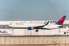 NARITA - JAPAN, 25 JANUARI, 2017: N198DN Boeing 767 Delta Air Lines die in Internationale Narita Luchthaven, Japan landen Stock Afbeelding