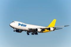 NARITA - JAPAN, JANUARI 25, 2017: Polar flygfraktlandning för N851GT Boeing 747 i den internationella Narita flygplatsen, Japan Arkivfoton