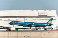 NARITA - JAPAN, 25 JANUARI, 2017: Vn-A335 luchtbus A321 Vietnam Airlines die in Internationale Narita Luchthaven, Japan landen Stock Foto's