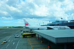 NARITA JAPAN -9 Sept 2018: Nivåer från Japan Airlines JL på t arkivbild