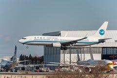 NARITA, JAPONIA -, STYCZEŃ 25, 2017: B-5563 Boeing 737 Xiamen powietrza linie lotnicze Ląduje w Międzynarodowym Narita lotnisku,  Obraz Royalty Free
