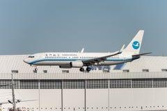 NARITA, JAPONIA -, STYCZEŃ 25, 2017: B-5563 Boeing 737 Xiamen powietrza linie lotnicze Ląduje w Międzynarodowym Narita lotnisku,  Zdjęcie Stock