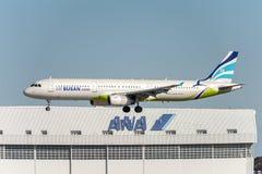 NARITA, JAPONIA -, STYCZEŃ 25, 2017: HL7713 Aerobus A321 powietrza Busan lądowanie w Międzynarodowym Narita lotnisku, Japonia Zdjęcie Royalty Free