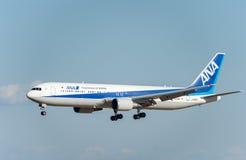 NARITA, JAPONIA -, STYCZEŃ 25, 2017: JA612A Boeing 767 All Nippon Airways lądowanie w Międzynarodowym Narita lotnisku, Japonia Obrazy Stock