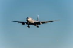 NARITA, JAPONIA -, STYCZEŃ 25, 2017: N750AN Boeing 777 American Airlines lądowanie w Międzynarodowym Narita lotnisku, Japonia Fotografia Stock