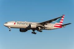 NARITA, JAPONIA -, STYCZEŃ 25, 2017: N750AN Boeing 777 American Airlines lądowanie w Międzynarodowym Narita lotnisku, Japonia Obraz Stock