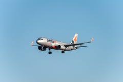NARITA - LE JAPON, LE 25 JANVIER 2017 : Atterrissage d'avion de Jetstar dans l'aéroport international de Narita, Japon Images libres de droits