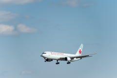 NARITA - LE JAPON, LE 25 JANVIER 2017 : Atterrissage de C-FCAF Boeing 767 Air Canada dans l'aéroport international de Narita, Jap Photo libre de droits