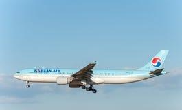 NARITA - LE JAPON, LE 25 JANVIER 2017 : Atterrissage de HL7709 Airbus A330 Korean Air dans l'aéroport international de Narita, Ja Photos libres de droits