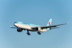 NARITA - LE JAPON, LE 25 JANVIER 2017 : Atterrissage de HL7709 Airbus A330 Korean Air dans l'aéroport international de Narita, Ja Images libres de droits
