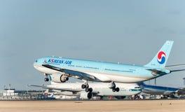 NARITA - LE JAPON, LE 25 JANVIER 2017 : Atterrissage de HL7709 Airbus A330 Korean Air dans l'aéroport international de Narita, Ja Photo stock
