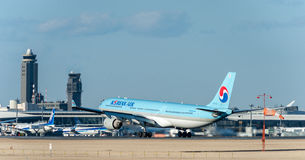 NARITA - LE JAPON, LE 25 JANVIER 2017 : Atterrissage de HL7709 Airbus A330 Korean Air dans l'aéroport international de Narita, Ja Photos stock