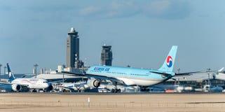 NARITA - LE JAPON, LE 25 JANVIER 2017 : Atterrissage de HL7709 Airbus A330 Korean Air dans l'aéroport international de Narita, Ja Photo libre de droits