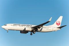 NARITA - LE JAPON, LE 25 JANVIER 2017 : Atterrissage de JA320J Boeing 737 Japan Airlines dans l'aéroport international de Narita, Images libres de droits