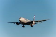 NARITA - LE JAPON, LE 25 JANVIER 2017 : Atterrissage de N750AN Boeing 777 American Airlines dans l'aéroport international de Nari Image stock