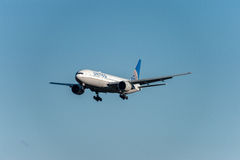 NARITA - LE JAPON, LE 25 JANVIER 2017 : Atterrissage de N77006 Boeing 777 United Airlines dans l'aéroport international de Narita Photo libre de droits