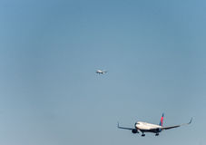 NARITA - LE JAPON, LE 25 JANVIER 2017 : Atterrissage de N198DN Boeing 767 Delta Air Lines dans l'aéroport international de Narita Images stock