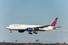 NARITA - LE JAPON, LE 25 JANVIER 2017 : Atterrissage de N706DN Boeing 777 Delta Air Lines dans l'aéroport international de Narita Images libres de droits