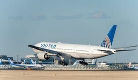 NARITA - LE JAPON, LE 25 JANVIER 2017 : Atterrissage de N786UA Boeing 777 United Airlines dans l'aéroport international de Narita Images libres de droits