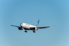 NARITA - LE JAPON, LE 25 JANVIER 2017 : Atterrissage de N786UA Boeing 777 United Airlines dans l'aéroport international de Narita Photos stock