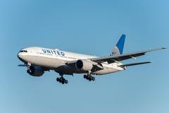 NARITA - LE JAPON, LE 25 JANVIER 2017 : Atterrissage de N786UA Boeing 777 United Airlines dans l'aéroport international de Narita Photo stock