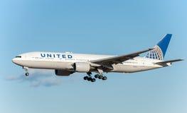 NARITA - LE JAPON, LE 25 JANVIER 2017 : Atterrissage de N786UA Boeing 777 United Airlines dans l'aéroport international de Narita Photos libres de droits
