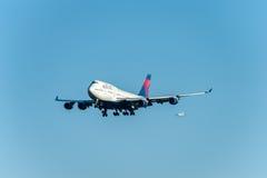 NARITA - LE JAPON, LE 25 JANVIER 2017 : Atterrissage de N674US Boeing 747 Delta Air Lines dans l'aéroport international de Narita Photo stock
